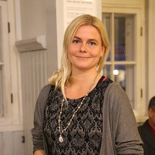 Rauhanliiton asiantuntija Annukka Toivonen Rauhanaseman salissa