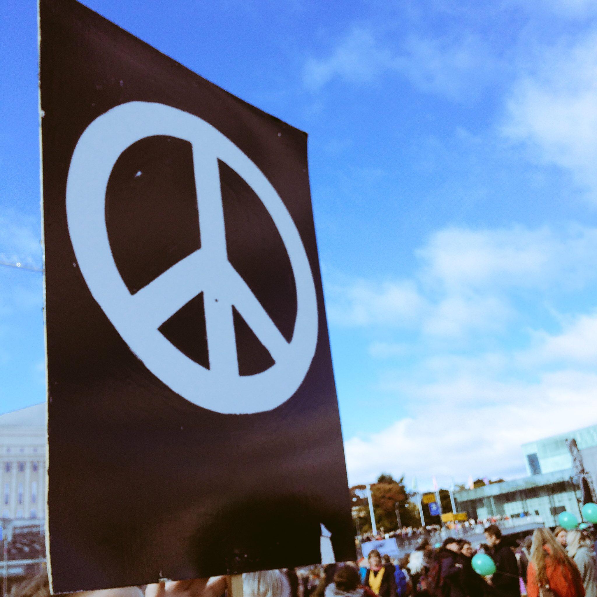 Rauhanmerkki-kyltti mielenosoituksessa