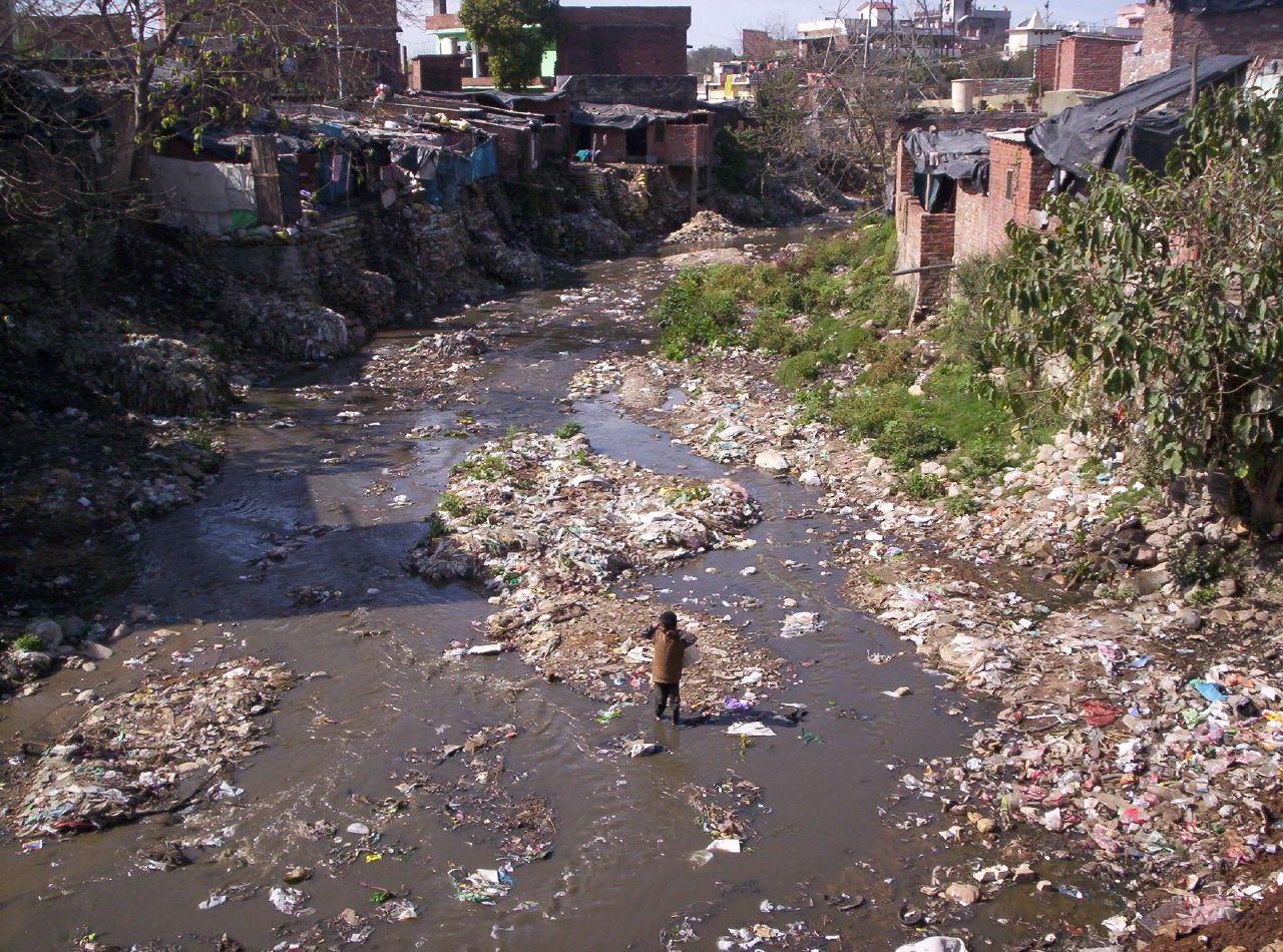 Slummi ja likaantunut joki Dar Es Salaamissa. kuva. Wikimedia Commons.