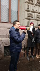Sadiq puhui kiirastorstaina järjestetyssä mielenosoituksessa turvapaikanhakijoiden yhteisistä vaatimuksista paremmasta turvapaikkahakemusten käsittelystä. Kuva: Nora Luoma