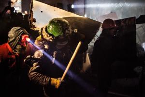 Jalkapallofanit johtavat Ukrainaa tukevaa mielenosoitusmarssia Donetskissa 28.4.2014, jonka osallistujia Venäjää tukevat aktivistit hakkasivat. Mielenosoitus oli viimeinen Ukrainaa tukeva protesti ennen sodan puhkeamista.