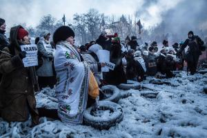 Mielenosoittajant pyytävät äiteinä poliisin erikoisosastoa lopettamaan mielenosoittajien ampumisen Maidanilla 25.1.2014. Kuva: Olya Morvan