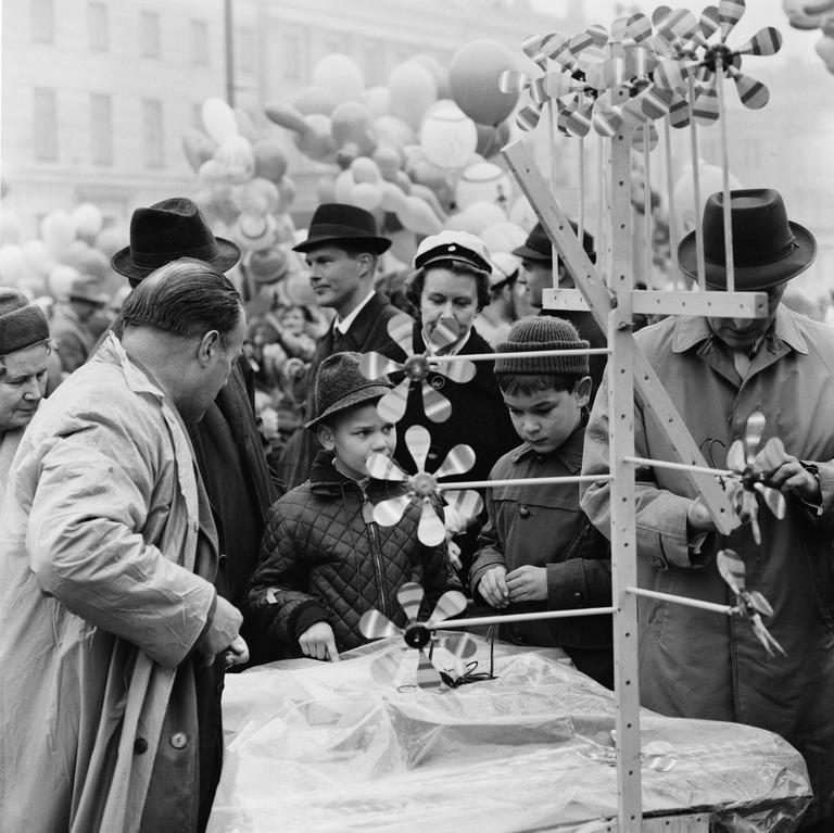 Vapputarvikkeiden myyntiä torilla 1963. Kuva Bonin von Volker, Kaupunginmuseo