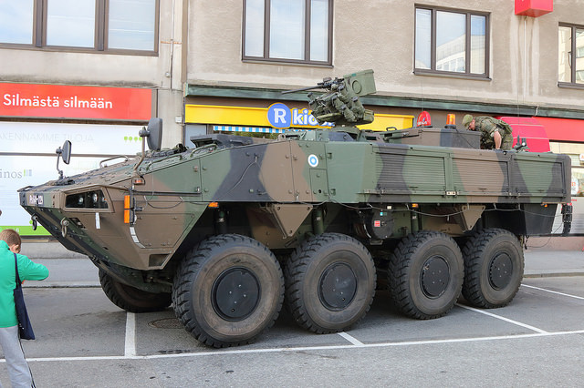 Panssarivaunu R-kioskin edessä. Kuva: Sami Nordlund