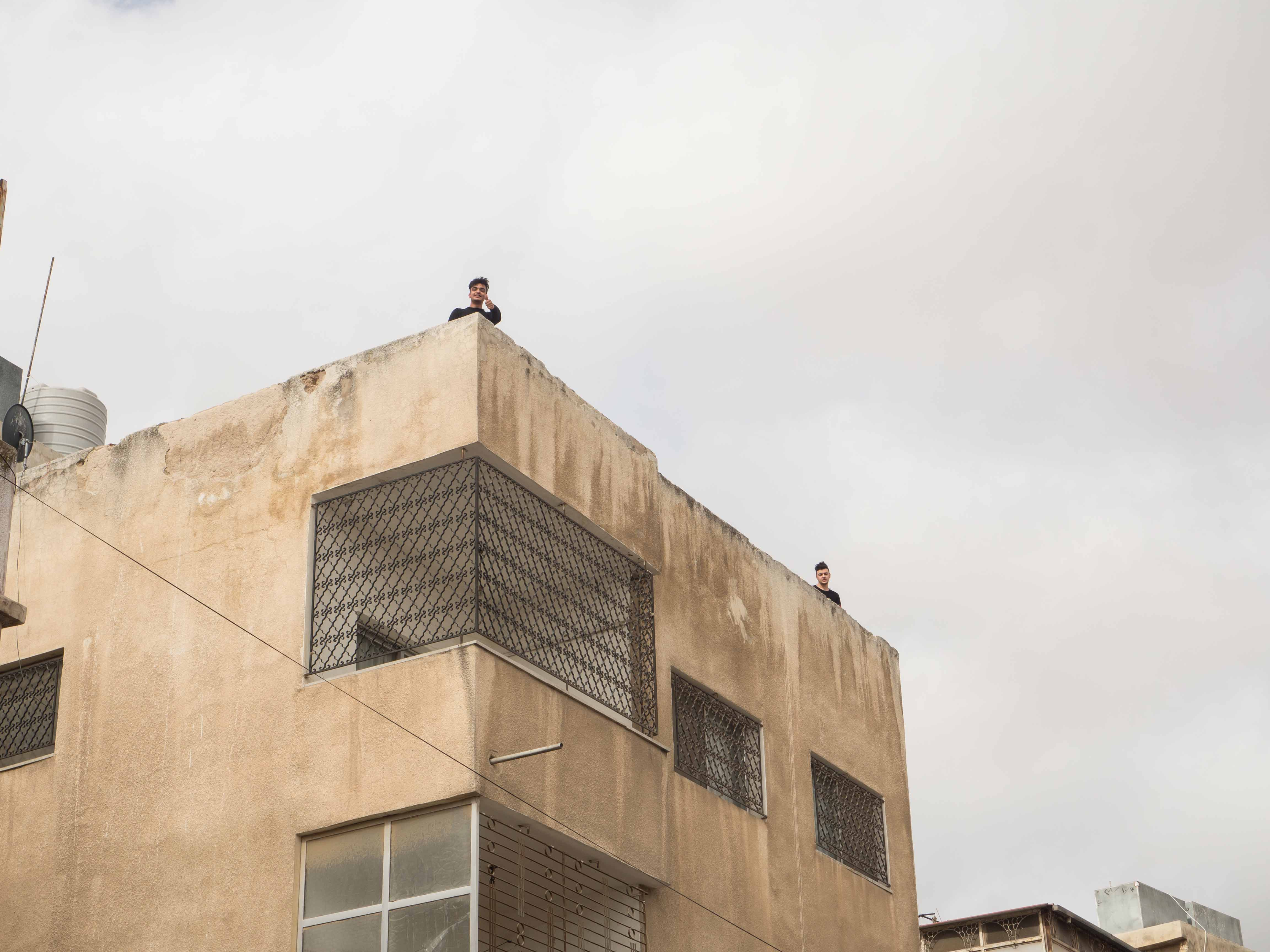 Nuorten ei ole aina helppoa löytää tilaa, jossa harrastaa tai viettää aikaa. Nuorisotilat tai muut ohjausta tarjoavat tilat eivät ole Jordaniassa yleisiä. Niinpä useille nuorille vaihtoehdoiksi jäävät joko oma koti tai katu. Kuva: Saana Sarpo