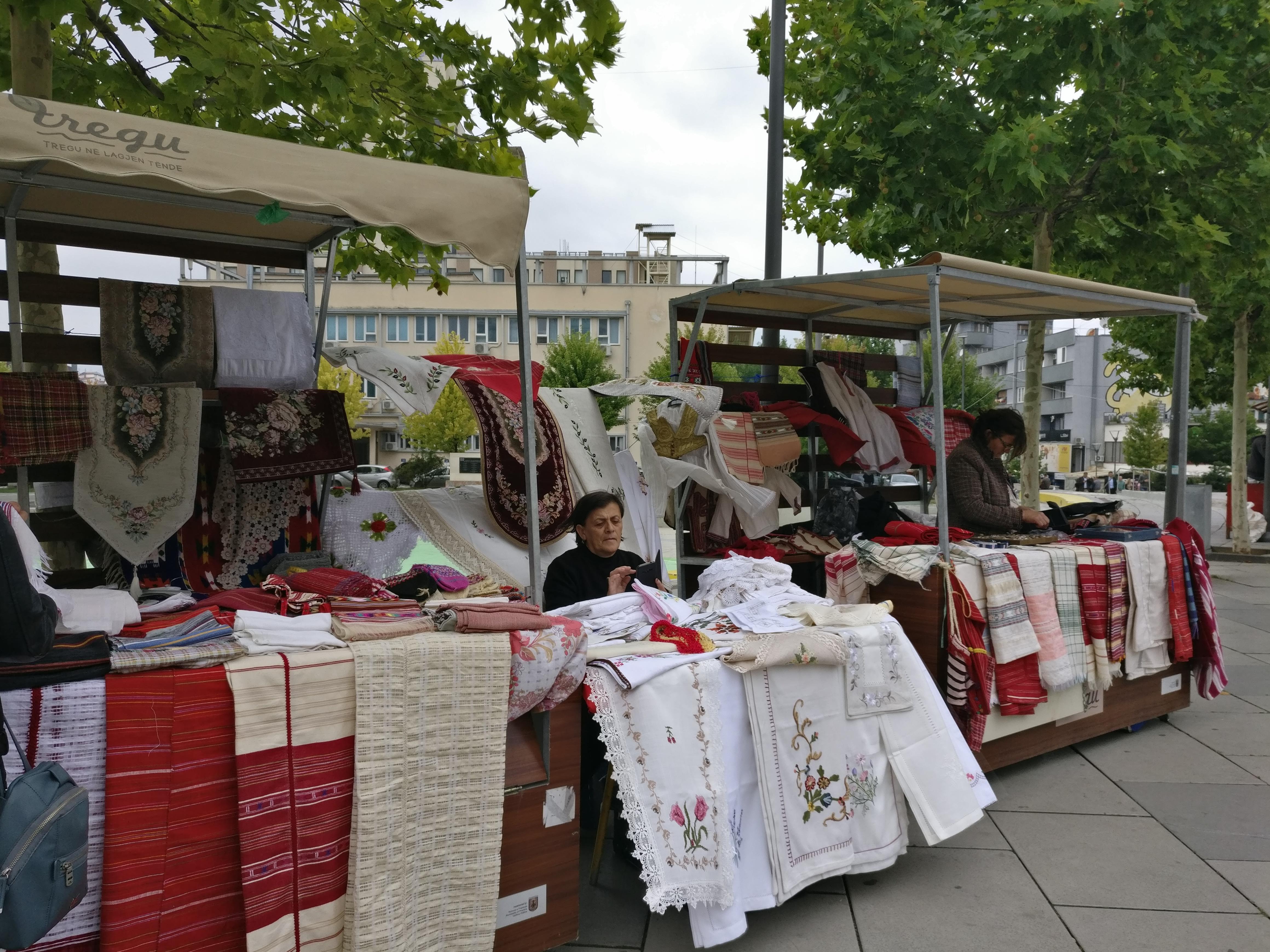 Käsityöläismarkkinat järjestetään EU:n tuella kerran parissa kuukaudessa. Kuva: Charlotta Lahnalahti