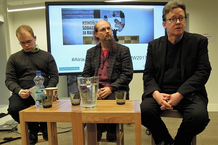 Keinoäly sodassa ja rauhassa -seminaarin puhujat Vesa Kyyrönen, Mika Koverola ja Timo Honkela.