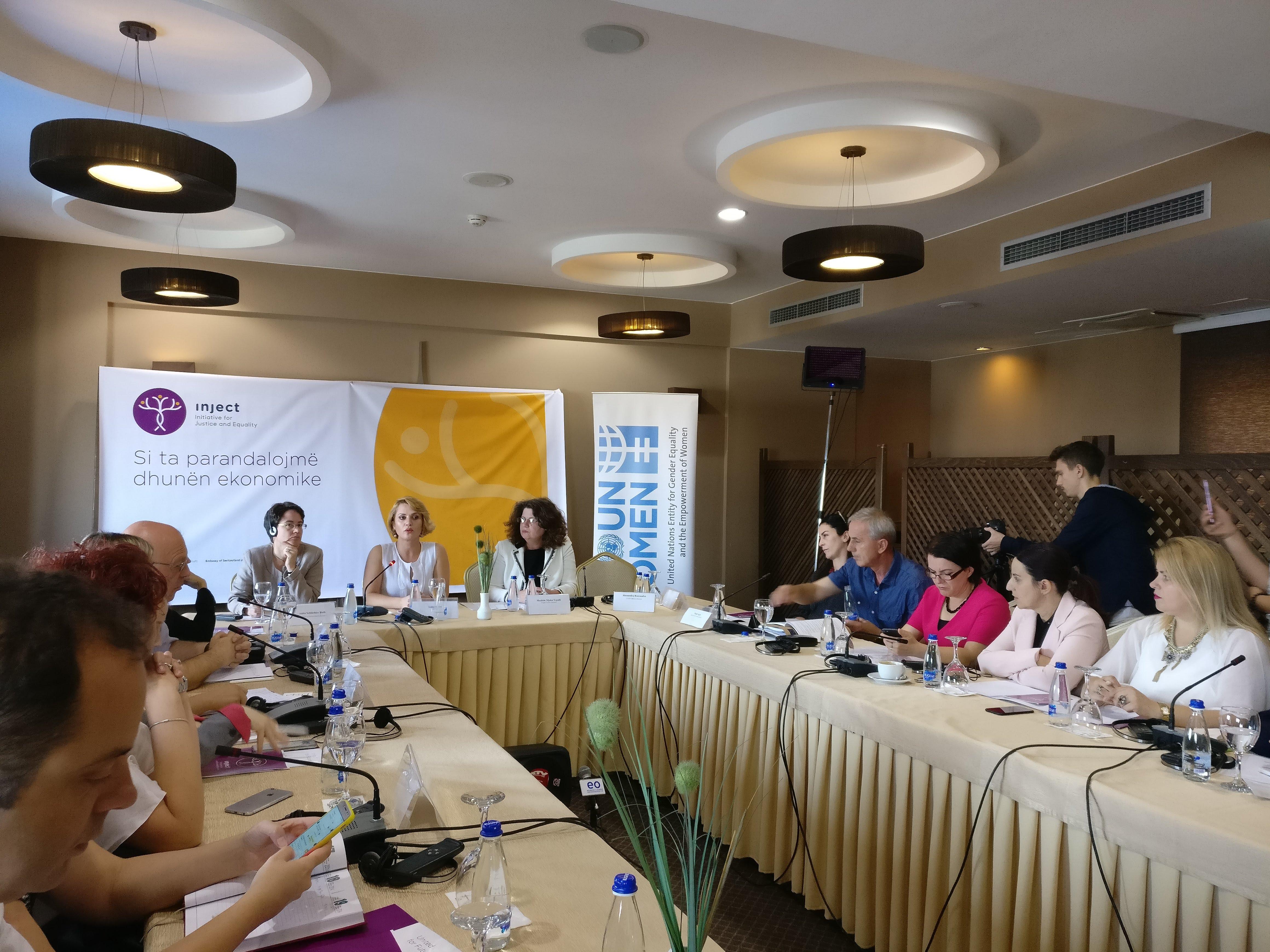 Kokous käsittelee taloudellisen väkivallan ehkäisyä. Kuva: Charlotta Lahnalahti
