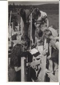 """""""Ruokakouluissa"""" tarjottiin paikallisille lapsille lämmin ateria ja päivähoitopaikka vanhempien tehdessä töitä."""