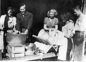 Tasa-arvoinen tiskiryhmä Inarissa 1947.