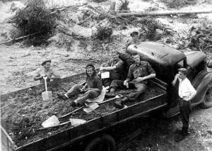 Leiritunnelmia raapustettiin leiripäiväkirjaan suomeksi ja englanniksi. Kuvilla kielimuuria madallettiin entisestään. 21.6.1946 oli historiallinen päivä, jolloin suurin osa Autin leiriläisistä saapui.
