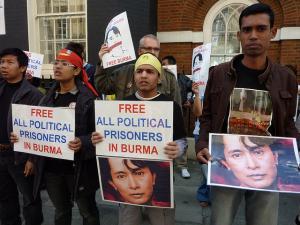 Mielenosoittajat pyytävät vapauttamaan poliittiset vangit vuonna 2009. Kuva: totaloutnow/Flickr cc