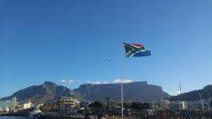 Etelä-Afrikan lippu pöytävuorta vasten. Kuva: Mira Luoma.
